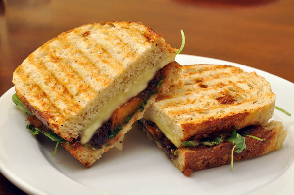 DSC 4091 meatless monday | grilled brie sandwiches with peach chutney