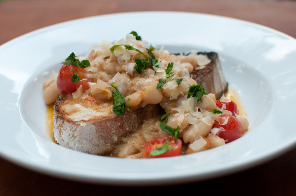 DSC 6454 meatless monday | white bean ragout with toast