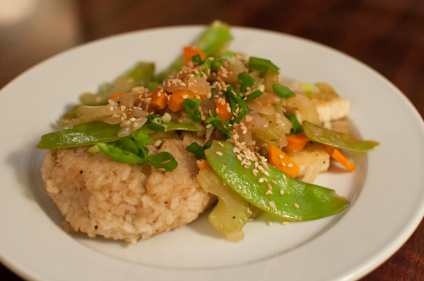DSC 6946 meatless monday | crisp rice cakes with stir fried vegetables & tofu